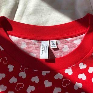 Tshirt från & other stories som tyvärr aldrig används. Den har VÄRLDENS mjukaste tyg och det gör lite ont i hjärtat att sälja den. Frakt bjussar jag på💕