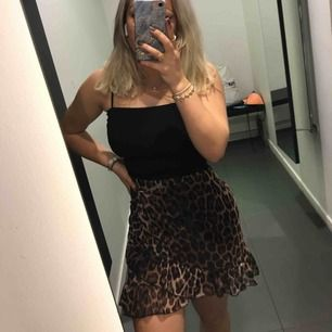 Superfin och skön kjol i leorpard möster från Nelly.com. Den har tunnt tyg men en underkjol under så man ser ej igenom👍 Passar även XS💓