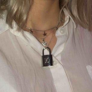 Säljer LV lås (kopia) ser väldigt äkta ut och är i väldigt bra skick. Nycklar tillkommer och går att låsa upp låset.  Köparen står för frakt 20kr.