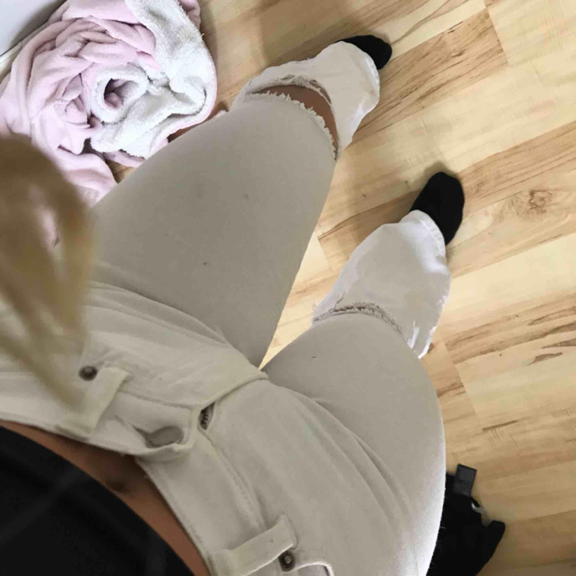 Superstretshiga och sköna Dr.Denim bootcut jeans med hål i knäna🤪 I den korta längden S/30 så passar om man är 160-167 ungefär. I väldigt bra skick och andvända ett fåtal gånger. Jeans & Byxor.