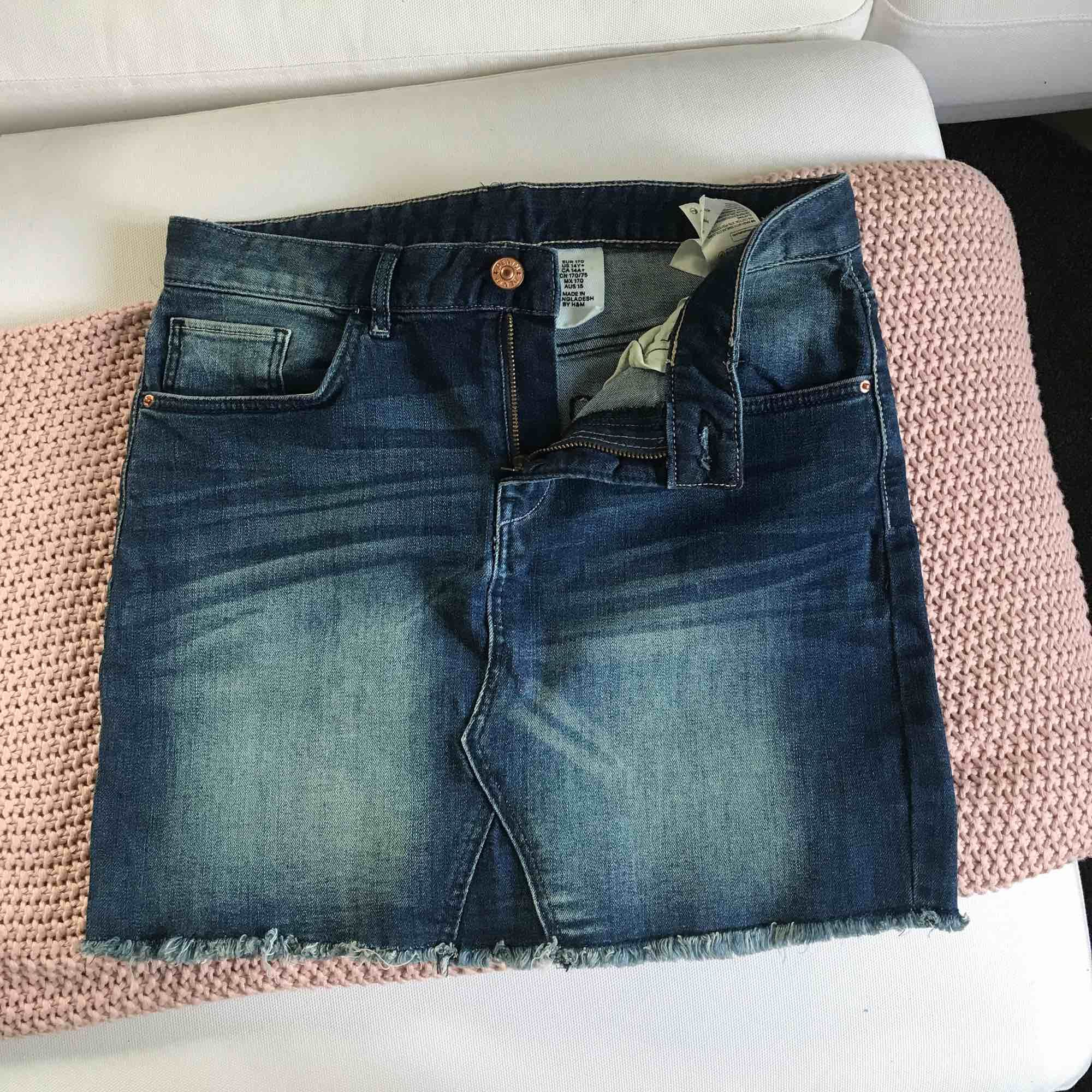Skitsnygg mörkare jeanskjol från H&M, säljer den eftersom den tyvärr är för liten för mig! Köparen betalar frakt. Kjolar.