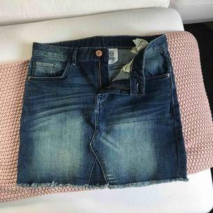 Skitsnygg mörkare jeanskjol från H&M, säljer den eftersom den tyvärr är för liten för mig! Köparen betalar frakt