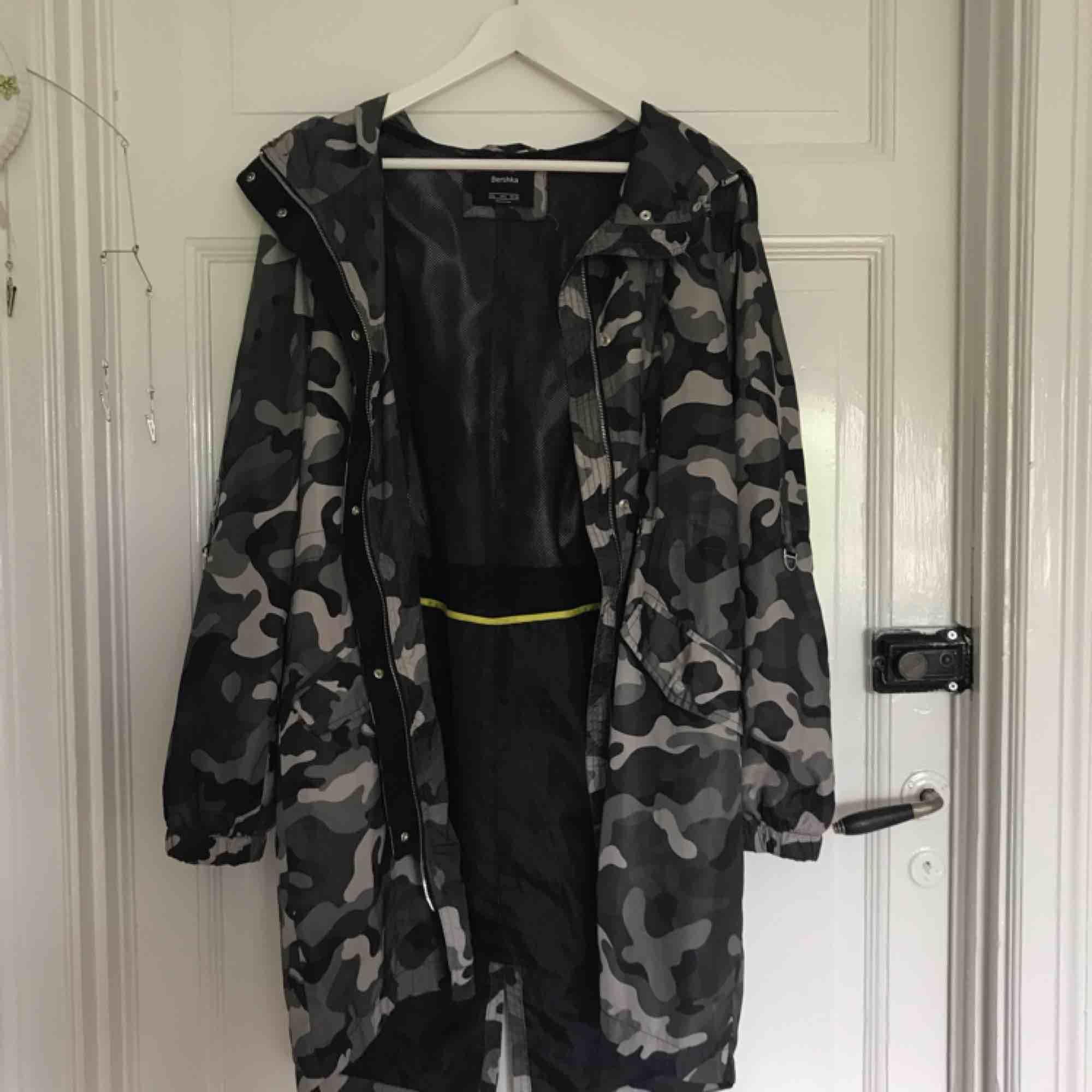 Skitsnygg jacka i camouflage mönster från Bershka! Banden i midjan finns tyvärr inte kvar. Jag är stl xs och 150cm(ni kan se hur den sitter på mig på bilden) frakt tillkommer 😊. Jackor.