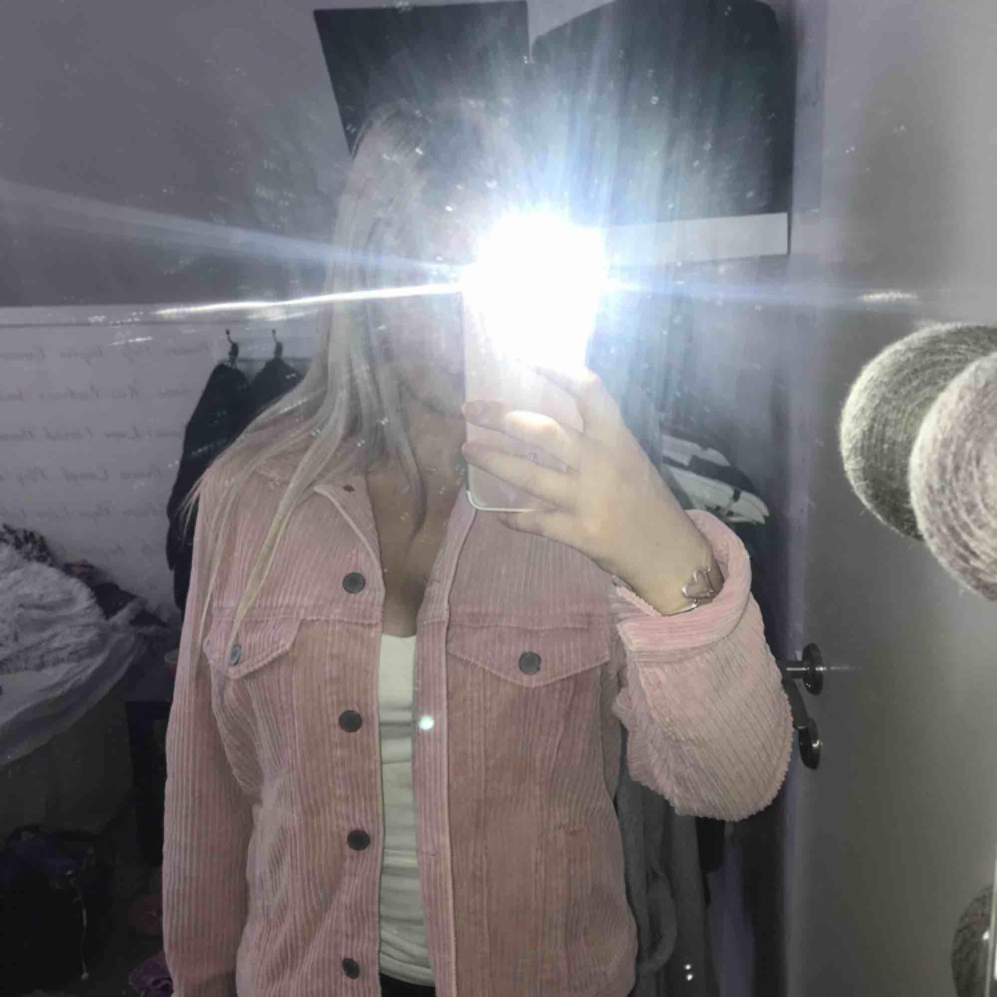 Rosa manchesterjacka från H&M i nyskick! Storlek 38/M men passar även bra på en S och kanske en XS☺️Jag brukar ha S och på mig sitter den bra! Säljer på grund av att jag har två nästan likadana!. Jackor.