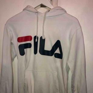 Säljer en vit fila hoodie Köpt på Junkyard för 699kr  Sista bilden ser man att det är någon fläck på baksida arm, vet ej om den går bort men den syns inte🥰🥰 Den är äkta!