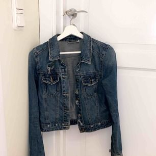 Jeansjacka från Vero Moda i storlek s. Blå med slitningar. Skriv för fler bilder:)