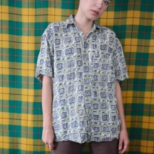 Skitsnygg retro t-shirt skjorta, ganska tajt i nacken så går inte att stänga översta knappen för mig men är assnygg ändå. I använt men fint skick, frakten för denna ligger på 36 kr, samfraktar gärna! 👍😌 (mer fraktkostnad kan tillkomma vid köp av flertalet varor)