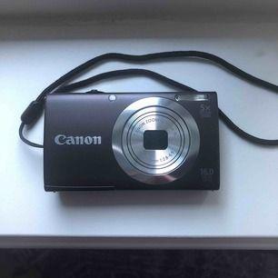 En liten kompakt Canon kamera. 16 megapixel. Funkar perfekt och inga repor på skärmen. Ett 4 GB minneskort medföljer. Frakt 40kr+