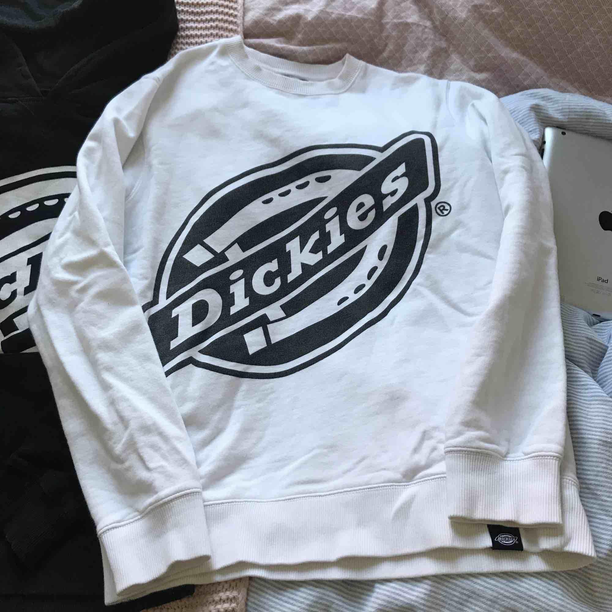 En vit Dickies sweatshirt. Sjukt skönt och simpelt plagg. Tycker om extremt mycket men kommer sällan till användning. 😊✌🏻. Huvtröjor & Träningströjor.