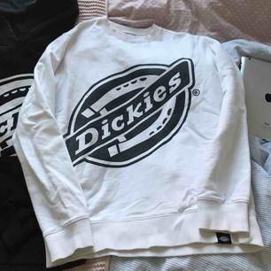 En vit Dickies sweatshirt. Sjukt skönt och simpelt plagg. Tycker om extremt mycket men kommer sällan till användning. 😊✌🏻
