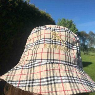 Super snygg burberry bucket hat. Normal i storleken och använd få gånger. Kan mötas upp i Linköping och skickas mot frakt