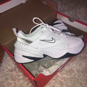 Säljer ett par helt oanvända Nike M2K Tekno i Strl 37,5. Säljer pga för liten storlek och ej går att skicka tillbaka. Kan skicka fler bilder vid förfrågning.  Nypris: 1095:- Mitt pris: 800:-