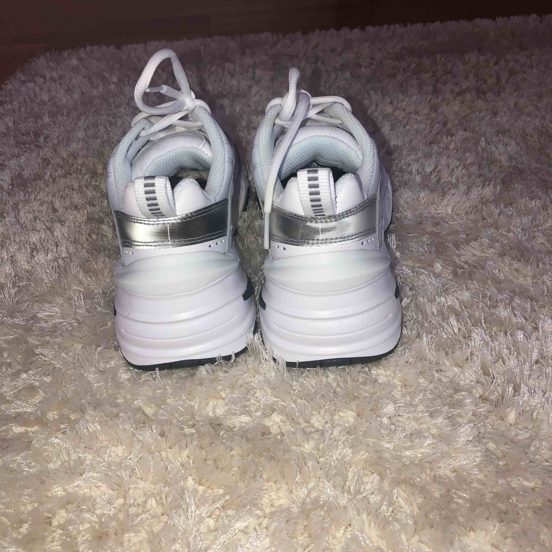 Säljer ett par helt oanvända Nike M2K Tekno i Strl 37,5. Säljer pga för liten storlek och ej går att skicka tillbaka. Kan skicka fler bilder vid förfrågning.  Nypris: 1095:- Mitt pris: 800:-. Skor.