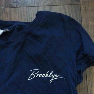 """Vanlig marinblå T-Shirt med text """"Brooklyn"""". T-shirten kan även bli snygg att croppas. <3"""