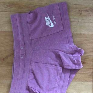 Ett par snygga mjukis shorts som jag visar halva rumpan i då det är S i barnstorlek. Tänker om någon vill köpa ändå, frakt ingår.🤟🏼