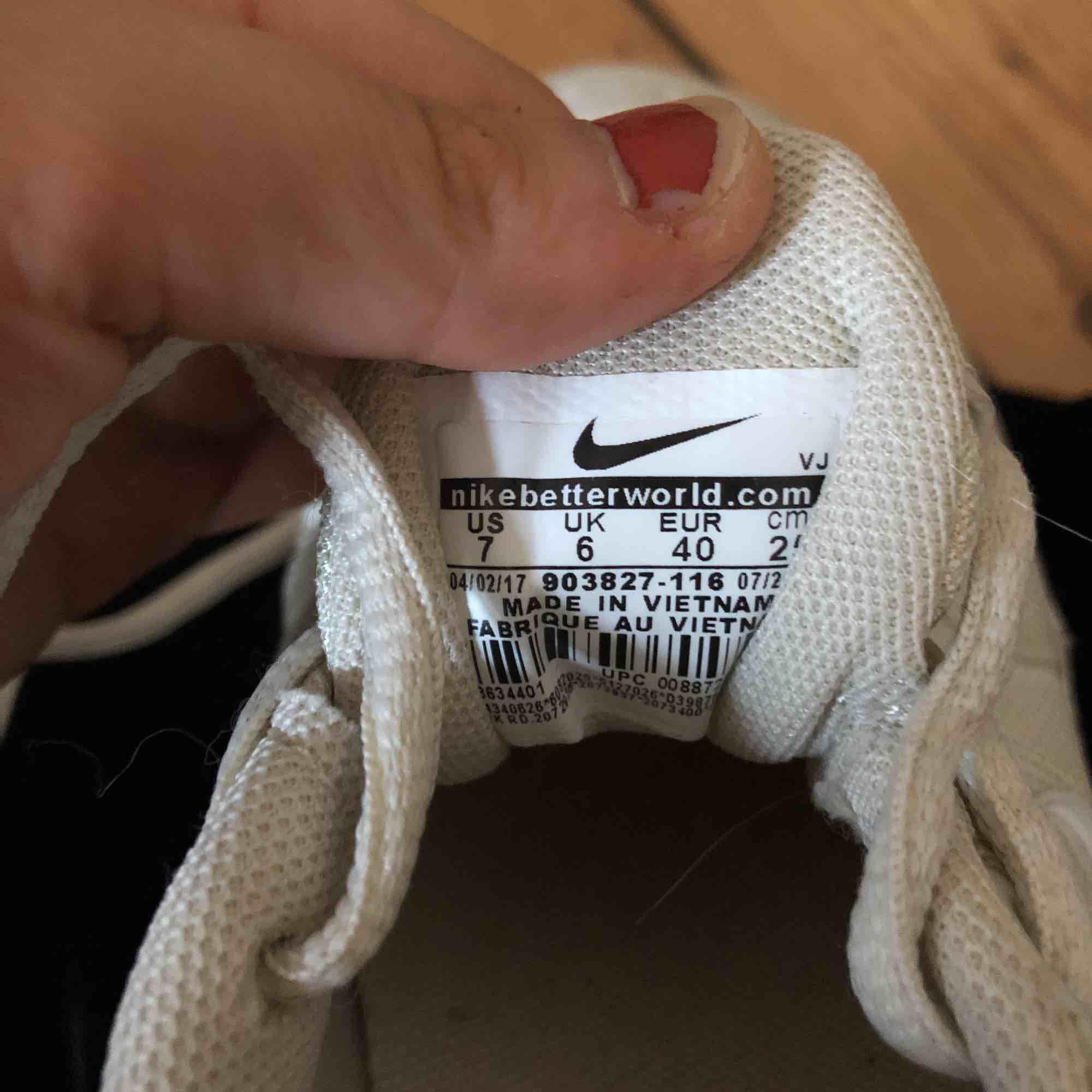 Säljer dessa skit snygga nike skor då dem är för stora för mig och inte riktigt kommit till användning. Köpta för ca 6 månader sedan. Har tyvärr varken box  eller kvitto då jag fick dem i present så därför säljer jag för billigt pris✨. Skor.