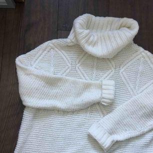 Tjock vit stickad tröja från Lager 157 med turtleneck. Perfekt för vinter eller sommarkvälls mys. <3