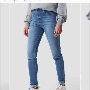 Fri frakt ✨ jeans från na-kd. Använda en gång. Högmidjade. Stretchiga så passar nog även en 38a💛