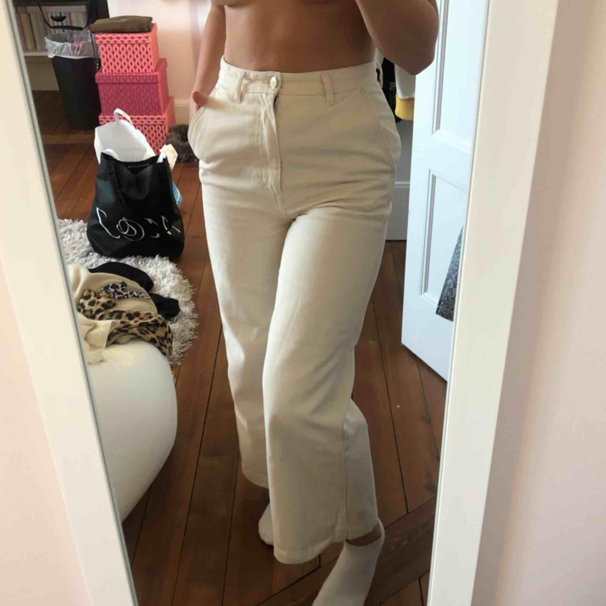 Super fina, trendiga, kräm vita byxor.  Använda ENDAST 1 gång! Säljs pga, växt ur vilket är synd:(. Jeans & Byxor.