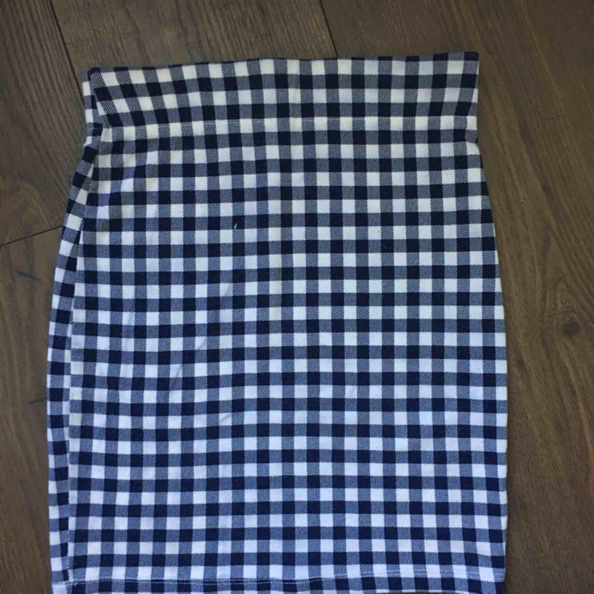 Marinblå och vit rutig retro tubkjol. Kan även användas som en tubtopp. <3 Denna kjol är använd en gång och är i bra skick. Frakt ingår i priset :). . Kjolar.