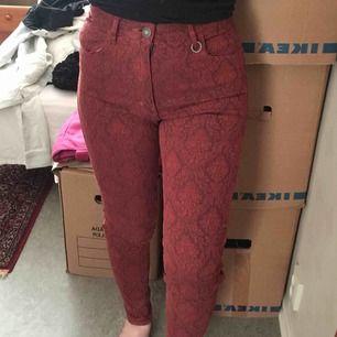 Helt nya jeans från märket NEUW. (NEUWDENIM.COM) Säljs för detta pris då de är dyra i butiken. Kan tänka mig sänka priset! Storlek 26/32 , S. Högmidjade. Modell: MARILYN, HIGH RISE SKINNY. Kan skicka :)