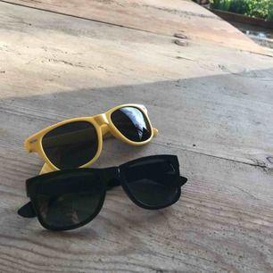 Två par solglasögon - aldrig använda 20kr/st Frakt tillkommer Möts upp i slussen vid köp för minst 100kr