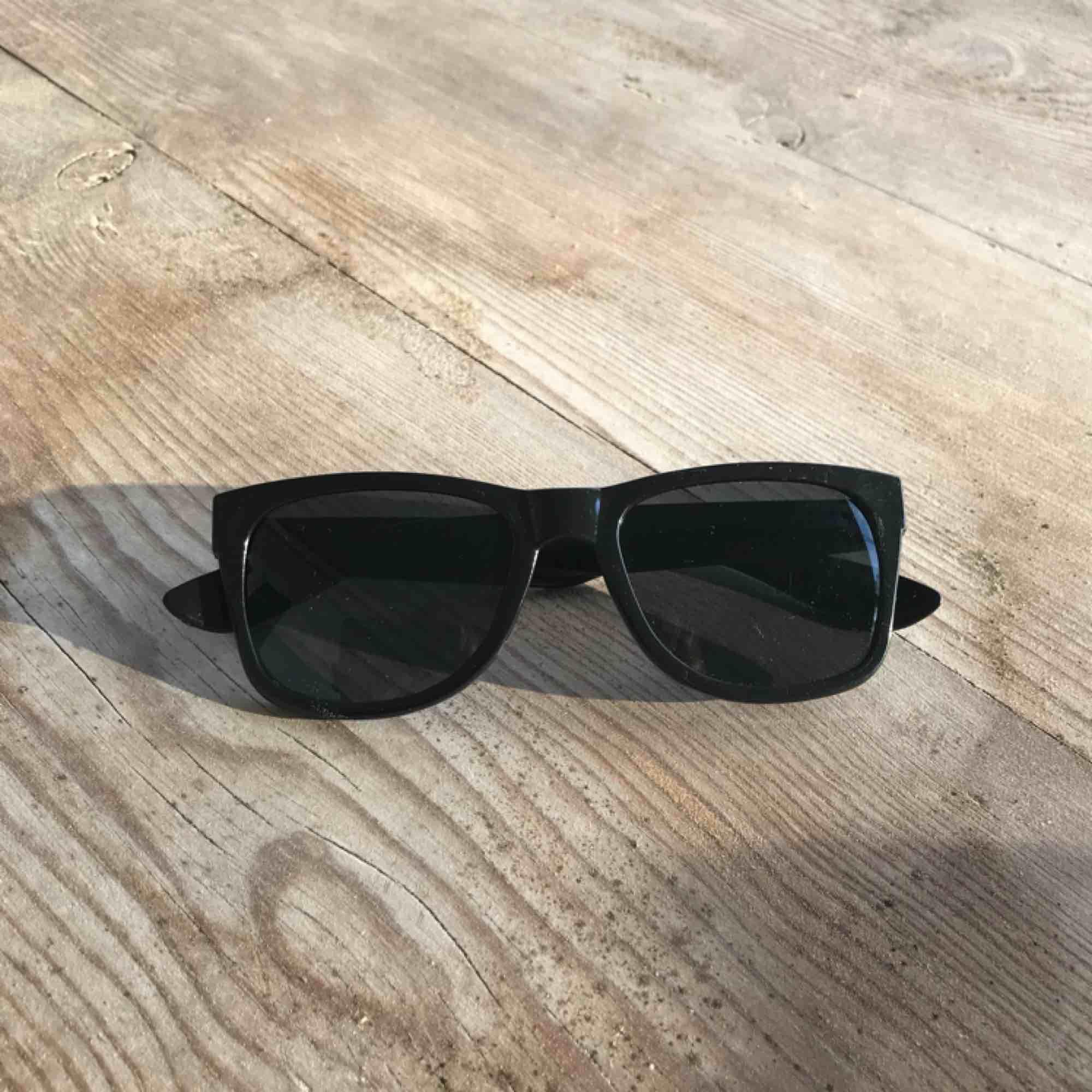 Två par solglasögon - aldrig använda 20kr/st Frakt tillkommer Möts upp i slussen vid köp för minst 100kr. Accessoarer.
