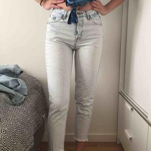 Lette jeans fra pull & bear! Meget god stand, når jeg næsten ikke brugte dem nogen gang. Køberen står for forsendelse ellers kan jeg mødes i Stockholm, helst Södermalm!
