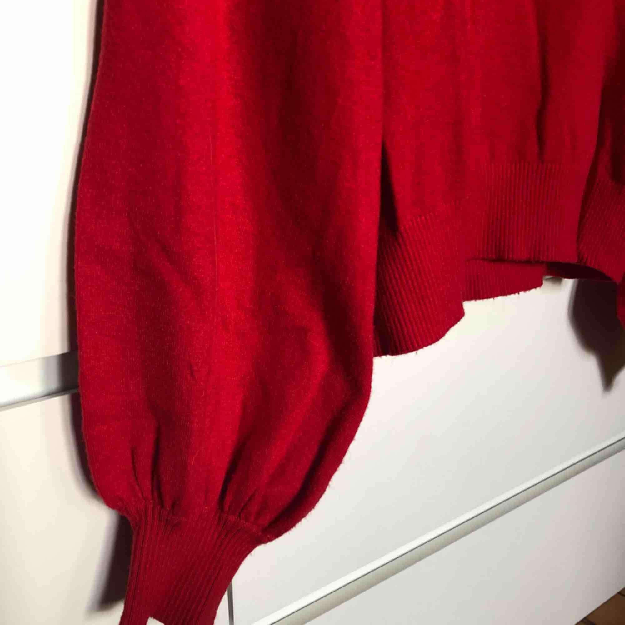 Superfin finstickad tröja från Monki, med väldigt coola ballongärmar. Skriv för fler bilder :). Tröjor & Koftor.