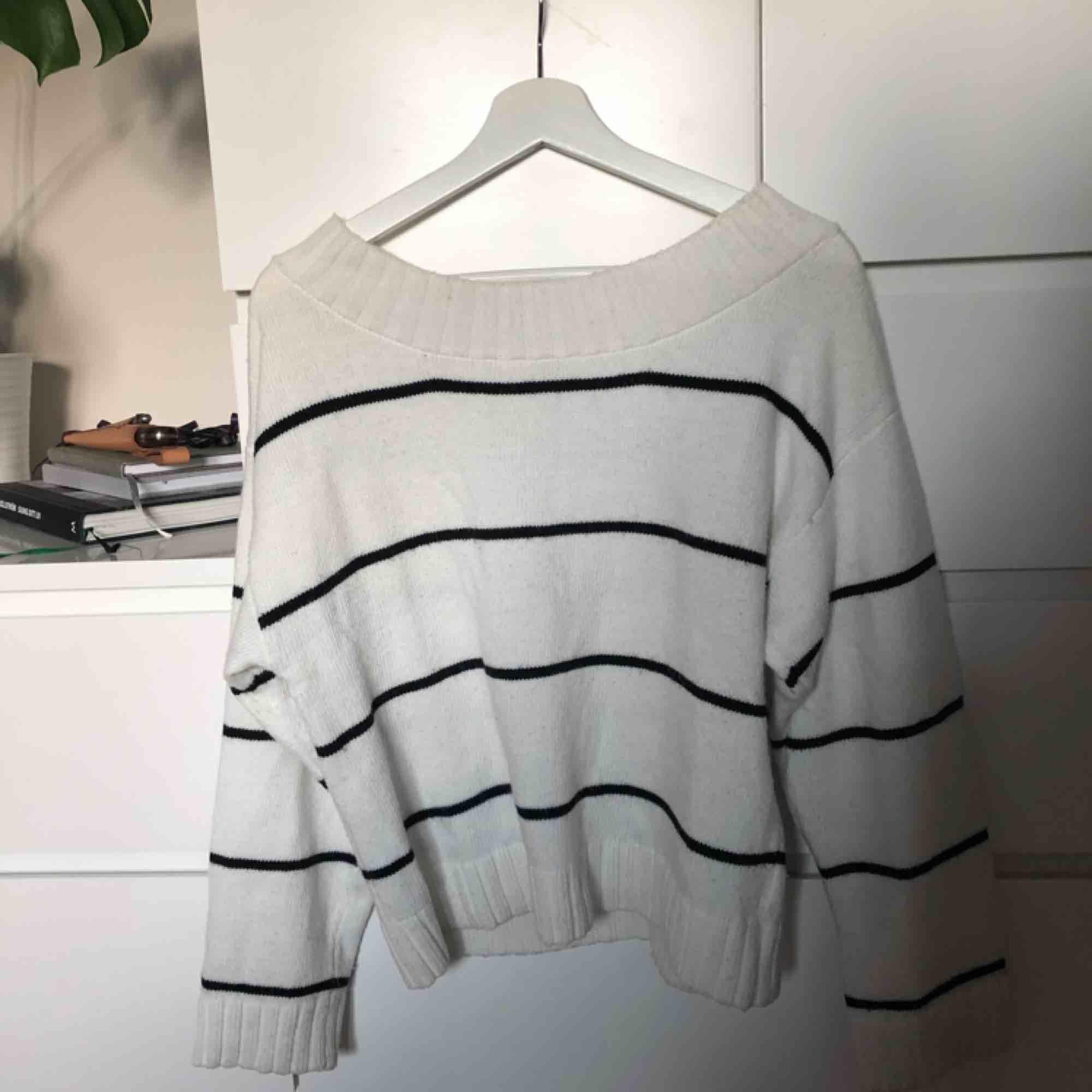 Stickad tröja från H&M med en jättefin djupare urringning som visar upp nyckelbenen väldigt fint! svart och vitrandig! Skriv för fler bilder :). Stickat.