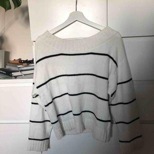 Stickad tröja från H&M med en jättefin djupare urringning som visar upp nyckelbenen väldigt fint! svart och vitrandig! Skriv för fler bilder :)