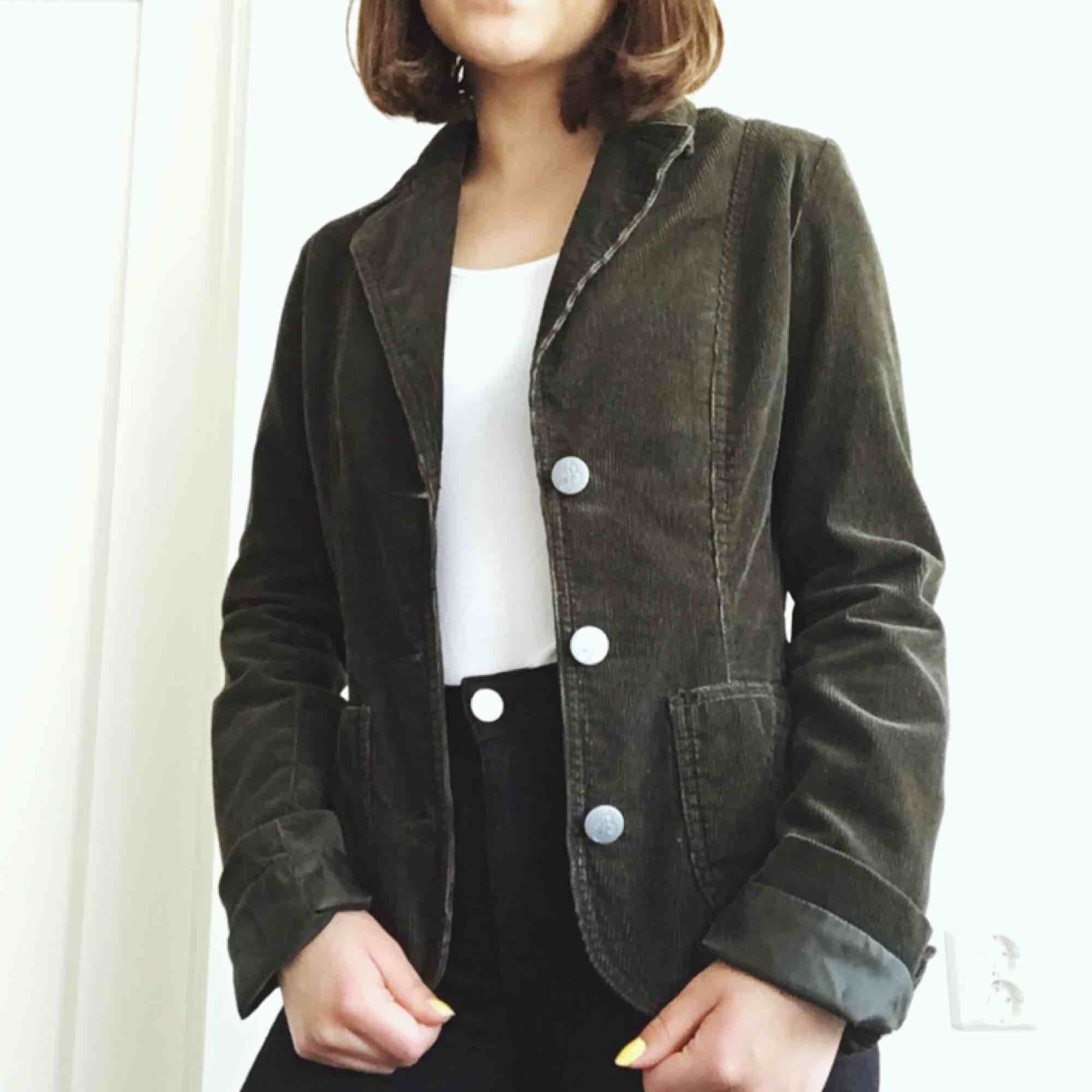 Mörkgrön Manchester-jacka köpt på second hand! Tycker den är jättefin men använder tyvärr inte tillräckligt. Gratis frakt❤️. Jackor.