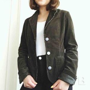 Mörkgrön Manchester-jacka köpt på second hand! Tycker den är jättefin men använder tyvärr inte tillräckligt. Gratis frakt❤️