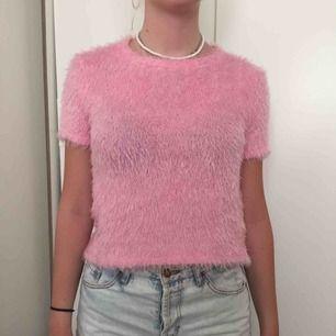 Jättesöt rosa fluffig tröja! Använd typ två gånger bara! Köparen står för frakt annars kan jag mötas upp i Stockholm, helst Södermalm!