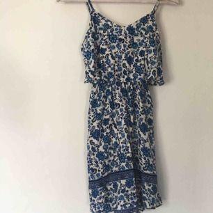 Gullig klänning från hm, passar till sommarn eller skolavslutningen Använd några gånger men väldigt bra skick