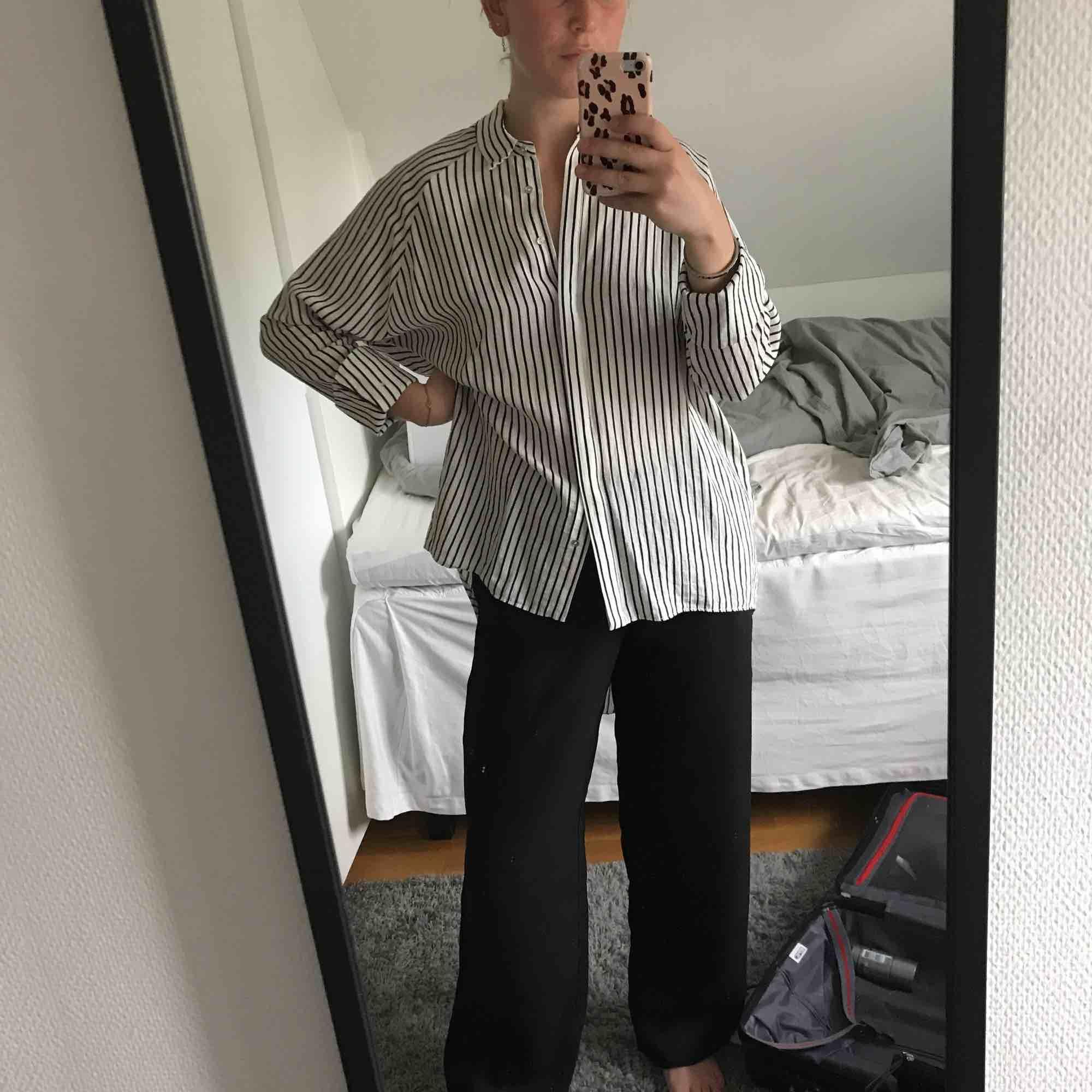 Super fin blus/skjorta (lite längre ibak) från River Island! Säljer pga använder ej längre 🥰. Blusar.