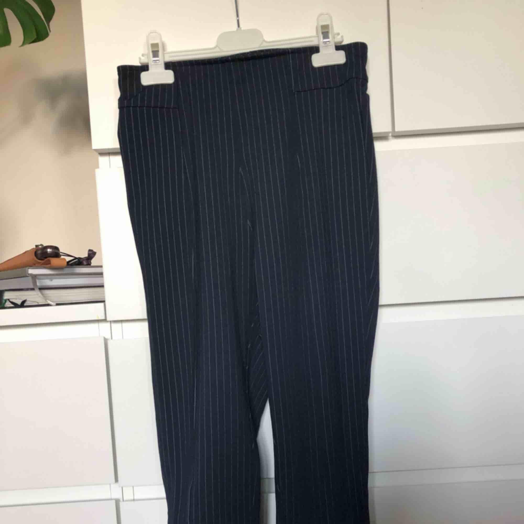 Superfina smala byxor med dragkedjeslits i ankeln, går lite över hälarna på mig som är 168, men det lägger sig väldigt snyggt på skor. Står stl 36 i byxorna men de är väldigt små i storlek! Skriv för fler bilder! :). Jeans & Byxor.