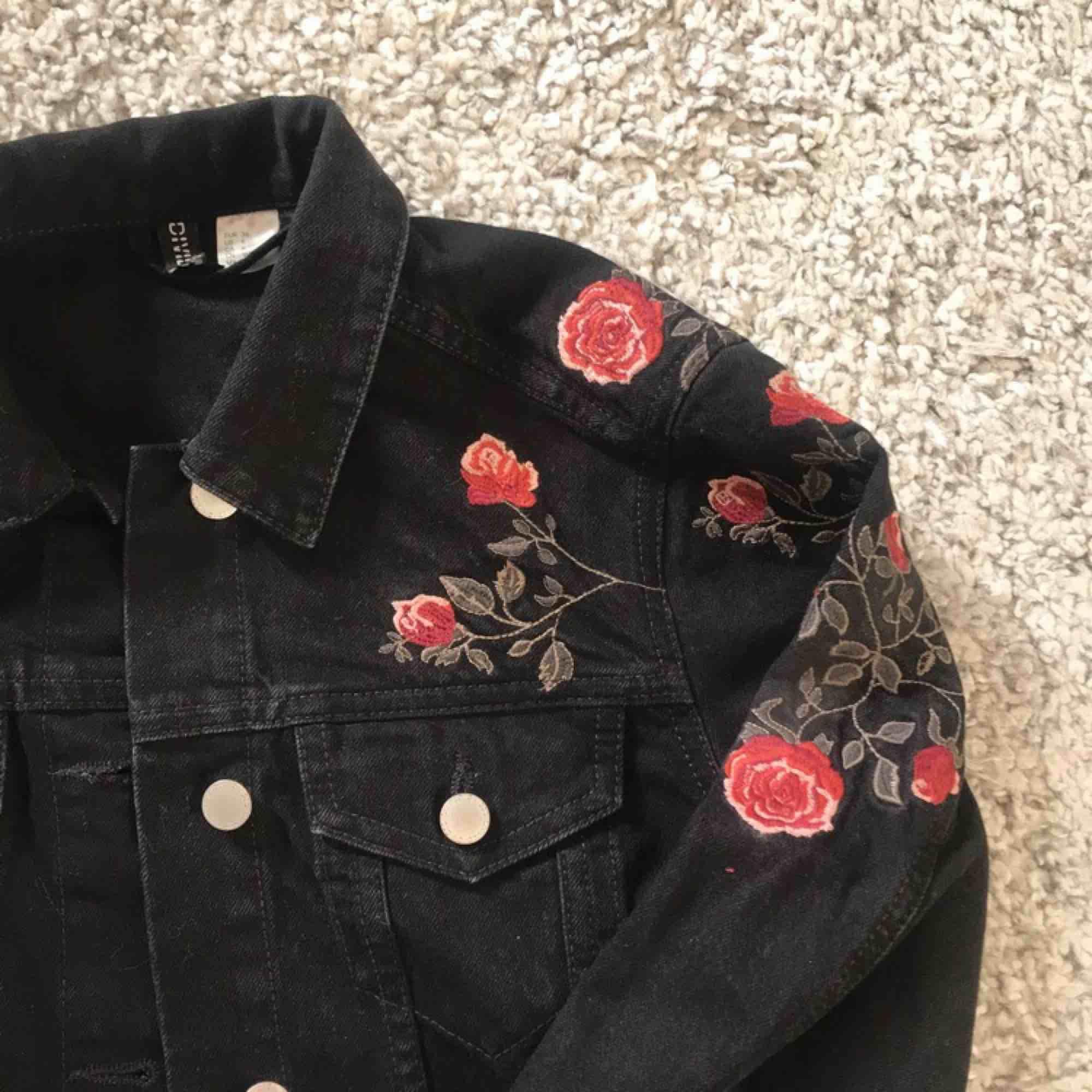 Så fin jeansjacka med broderier och fickor! Fick i present och aldrig använt.. Jackor.