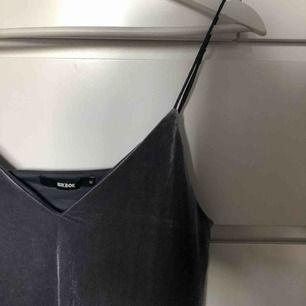 Suuuperfin lite nattlinne-inspirerad grå sammetsklänning! Väldigt väldigt skön och faller snyggt på kroppen! Från bikbok! Skriv för fler bilder :)