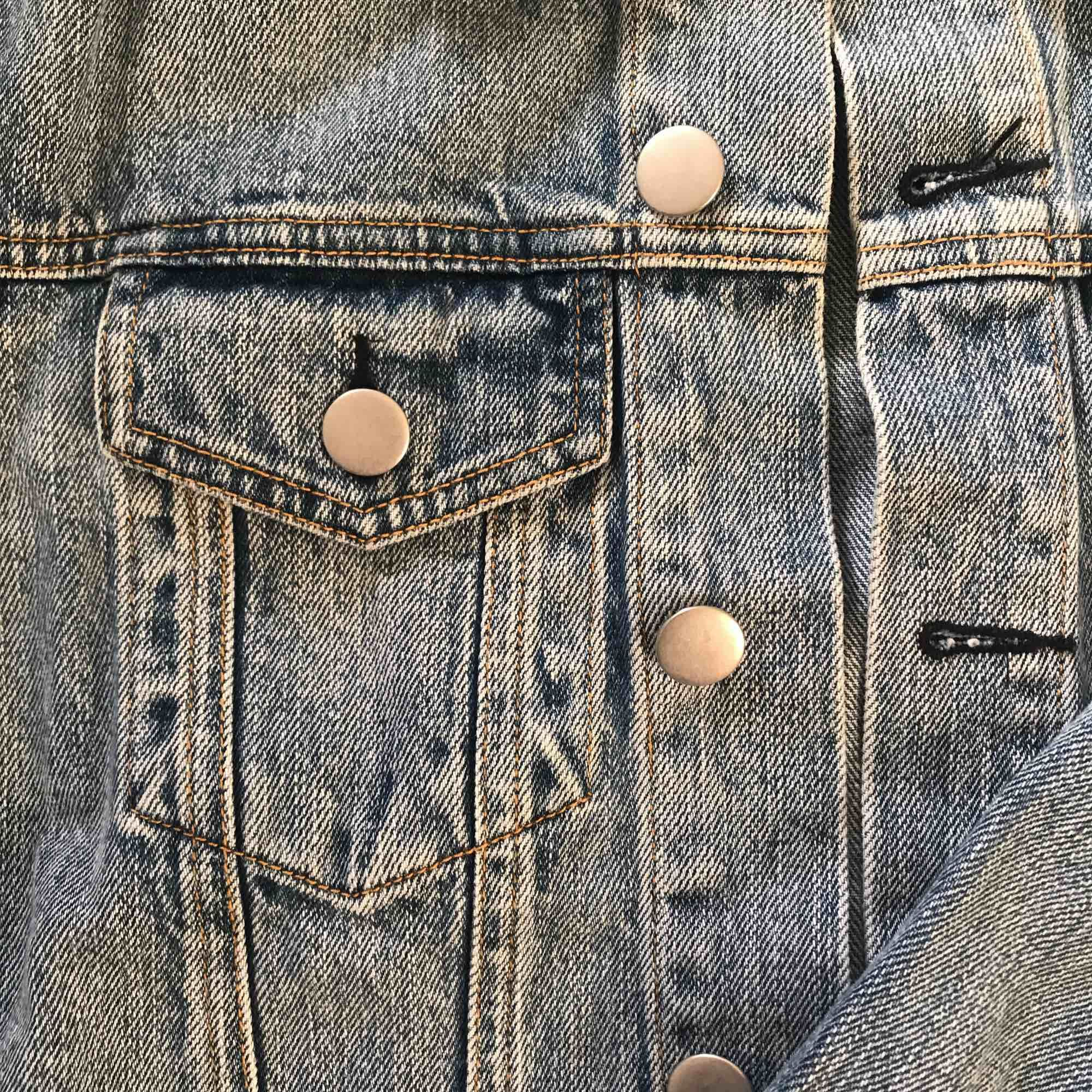 Jeansjacka från Bikbok, storlek XS men passar även S. Inköpt förra sommaren för 500:- och använd max 5ggr så den är i helt perfekt skick! . Jackor.
