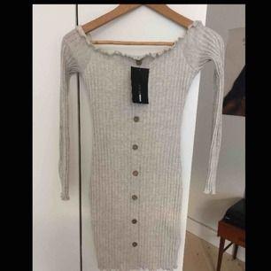 Klänning från fashionnova, aldrig använd så i väldigt bra skick. Den är stretchig så passar större än S också. Möter upp i Stockholm eller skickas då köparen betalar frakt:)