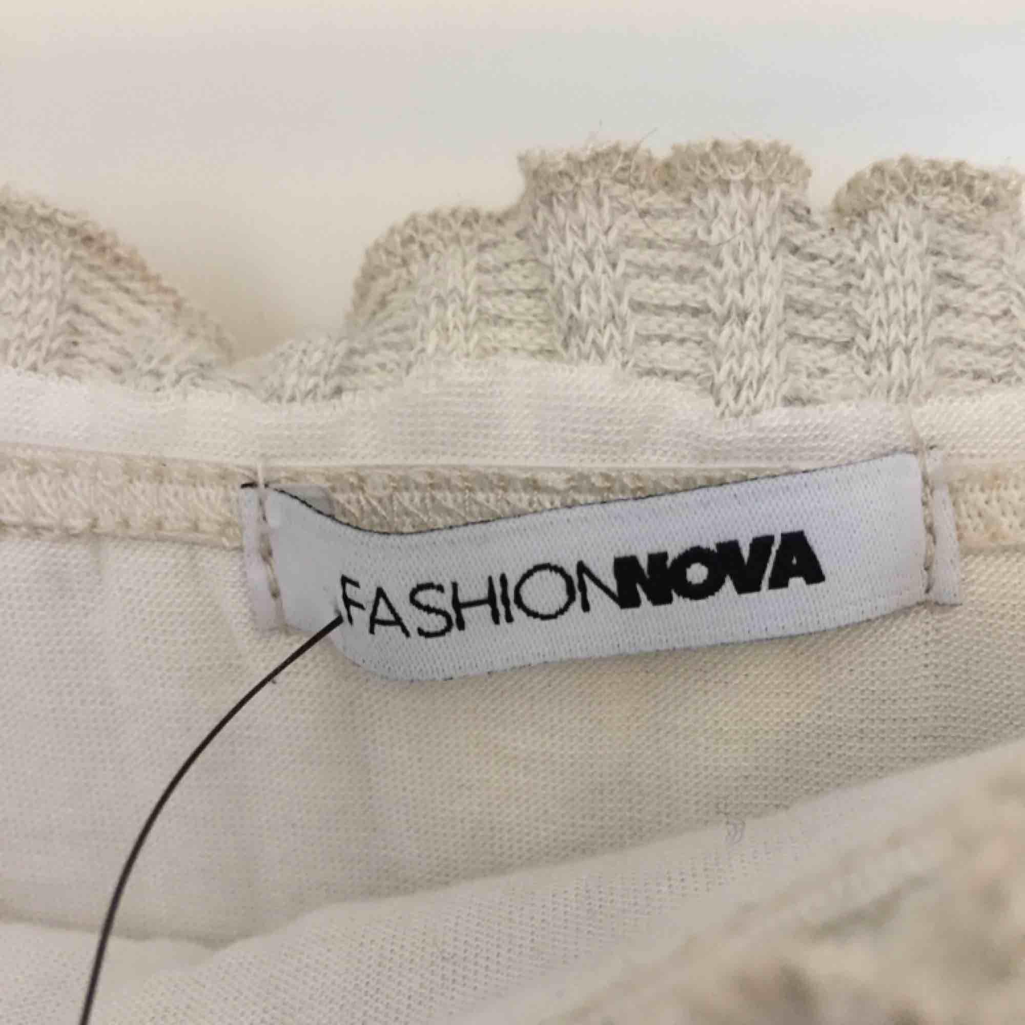 Klänning från fashionnova, aldrig använd så i väldigt bra skick. Den är stretchig så passar större än S också. Möter upp i Stockholm eller skickas då köparen betalar frakt:). Klänningar.