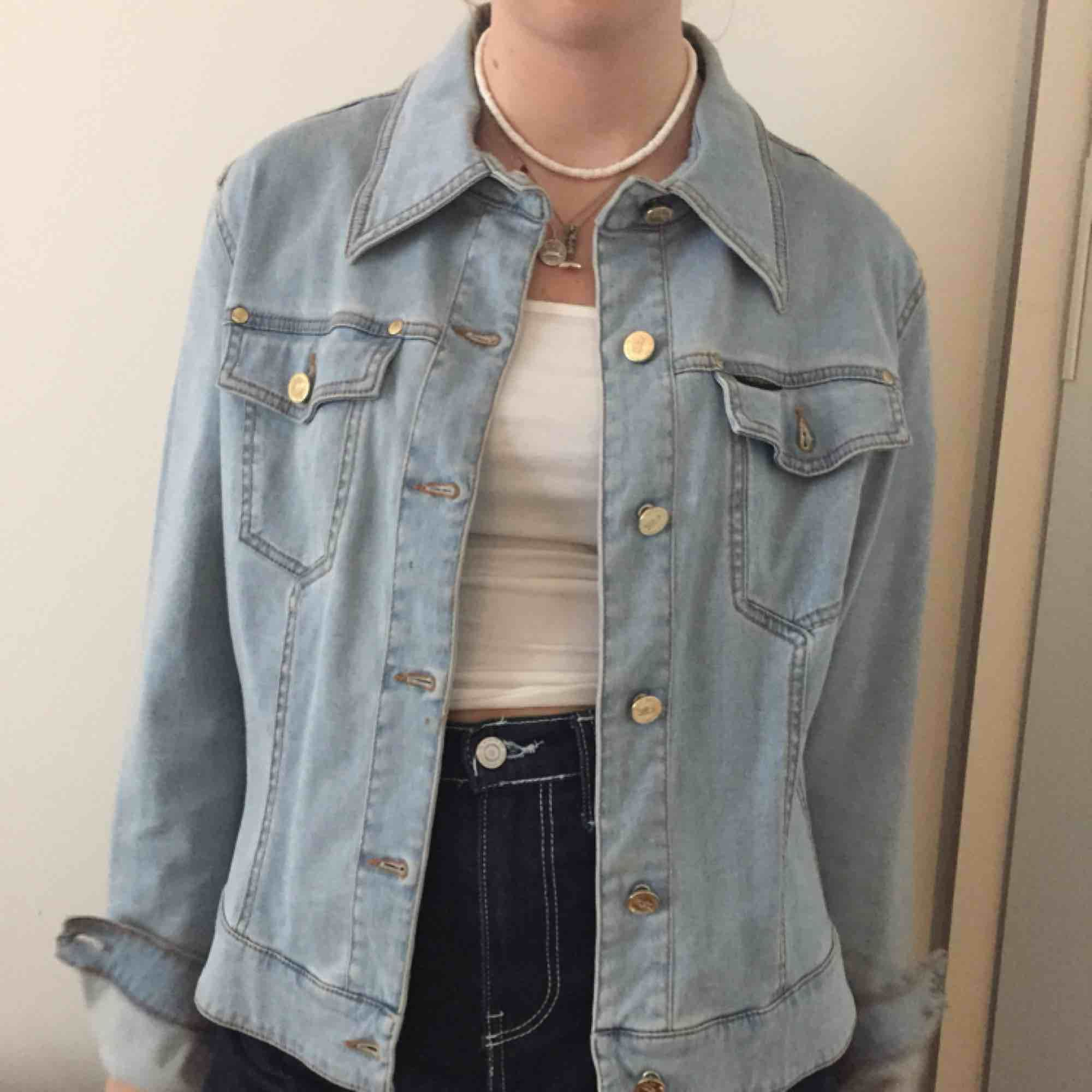 """Fin ljusblå """"jeansjacka"""". Ganska mjukt tyg. Köpt på humana! Köparen står för frakt annars kan jag mötas upp i Stockholm, helst Södermalm!. Jackor."""