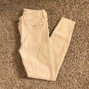 Vita tajta jeans från River Island, aldrig använda!! Storlek 10/S.