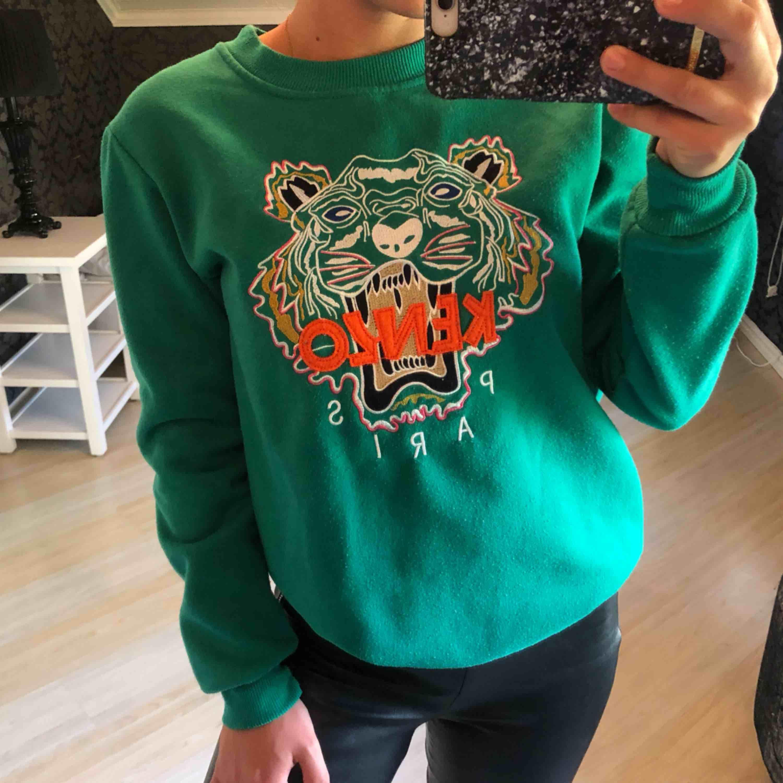 Grön tröja. Det står att de är strl M men skulle säga att det är mer som en S. Köparen står för frakten. Huvtröjor & Träningströjor.