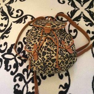 En leopard väska lite använd