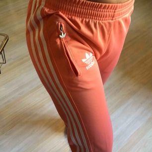 Adidasbyxor, storlek s men känns som xs. Fint skick och fin färg.