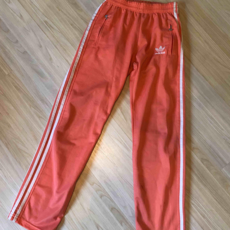 Adidasbyxor, storlek s men känns som xs. Fint skick och fin färg.. Jeans & Byxor.