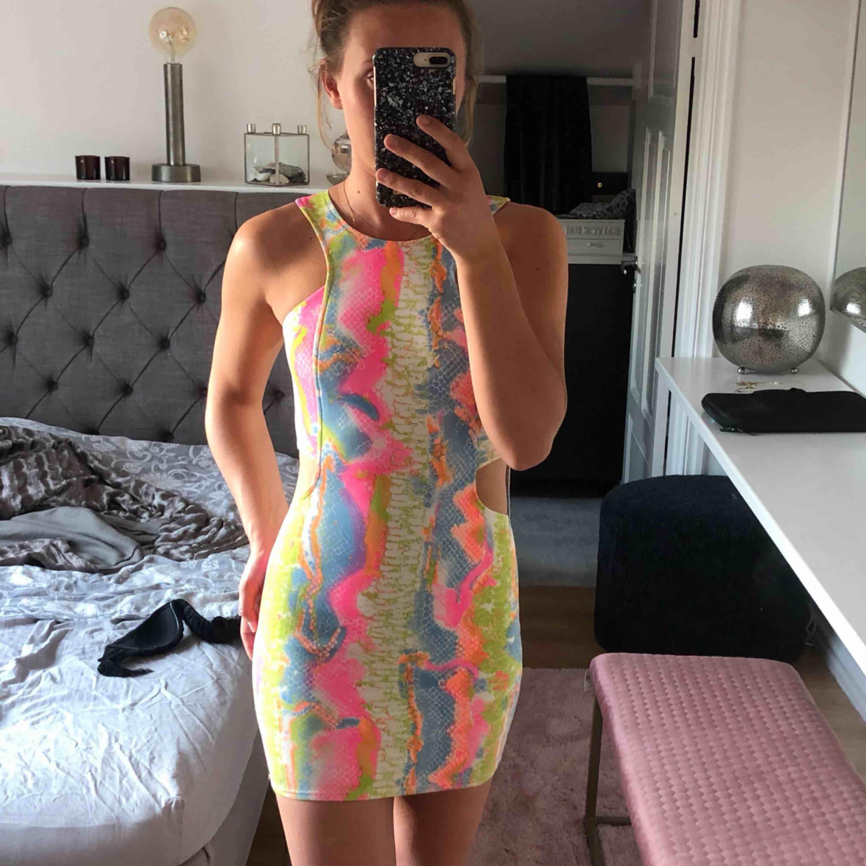 Cool klänning från Nelly, snyggt ormskinnsmönster. Köparen står för frakten. Klänningar.