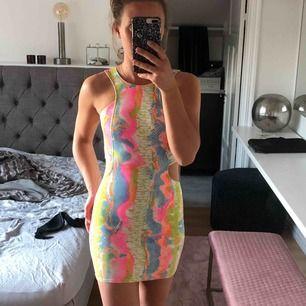 Cool klänning från Nelly, snyggt ormskinnsmönster.
